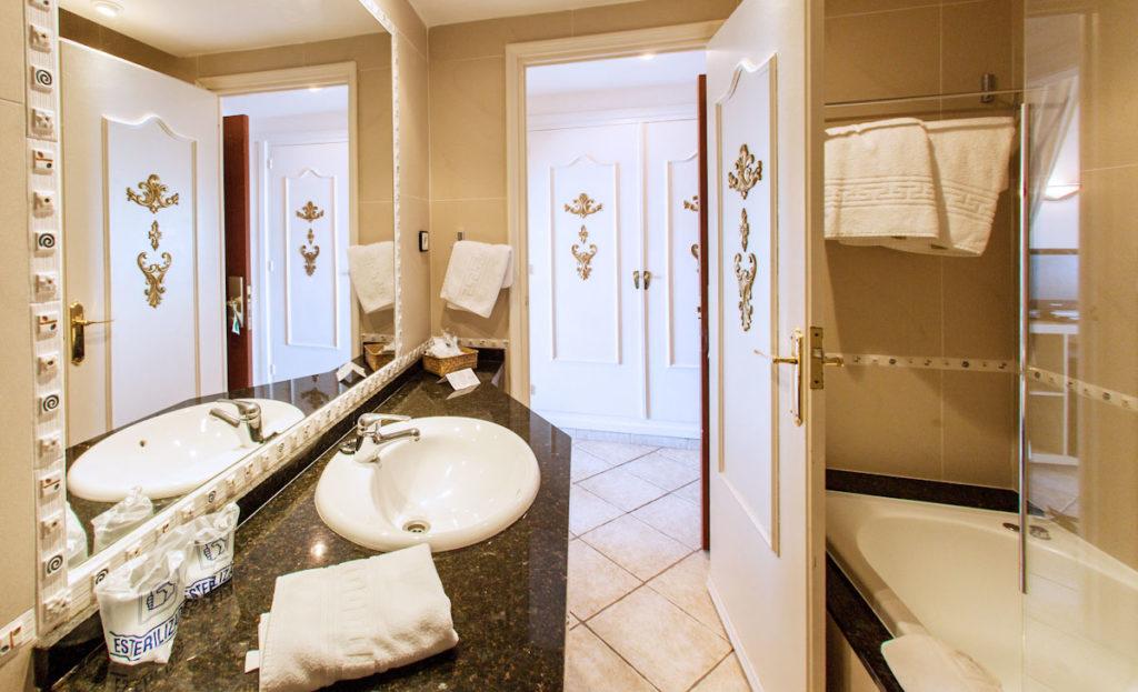 Badewanne im Hotel für das Basenbad